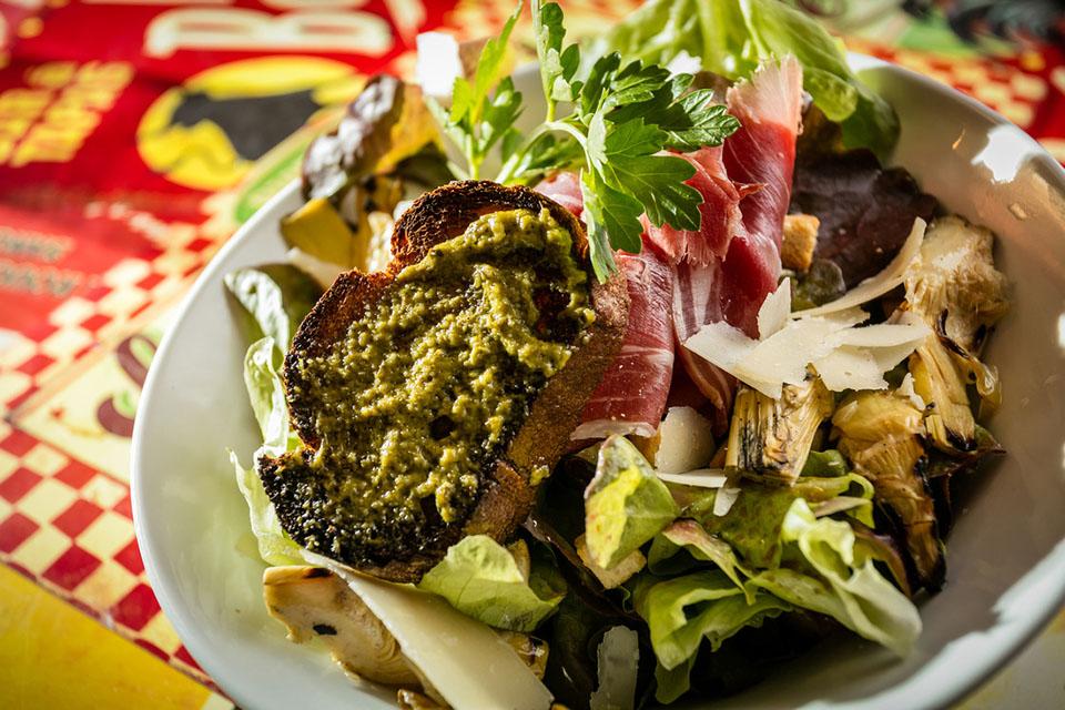 Salade «Le Bouchon» « salade, tomates confites, coeur d'artichaut grana pana, jambon cru ibérique, toast au pesto… »