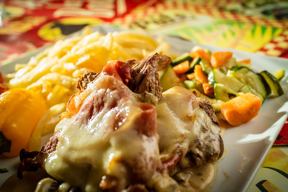 Veal cutlet 200gr «with whisky cream, cultivated mushrooms, iberian ham, Comté cheese, homemade fries and seasonal vegetables»