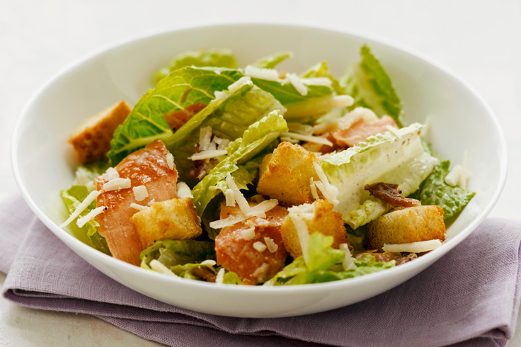 Caesar salad « salad, cherry tomatoes, grilled chicken, egg lasts, grana coated with breadcrumbs »