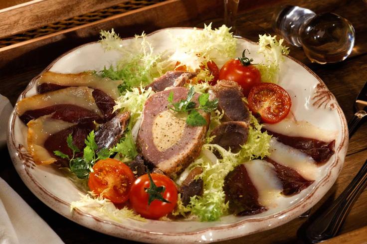 Salade Landaise « salade, tomates cerises, pruneaux, pignon de pin, croutons, gésiers, toast de foie gras…. »