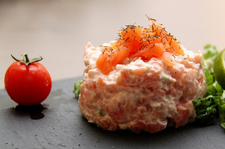 Salmon tartar « salad, cherry tomatoes and homemade creamy dill sauce »
