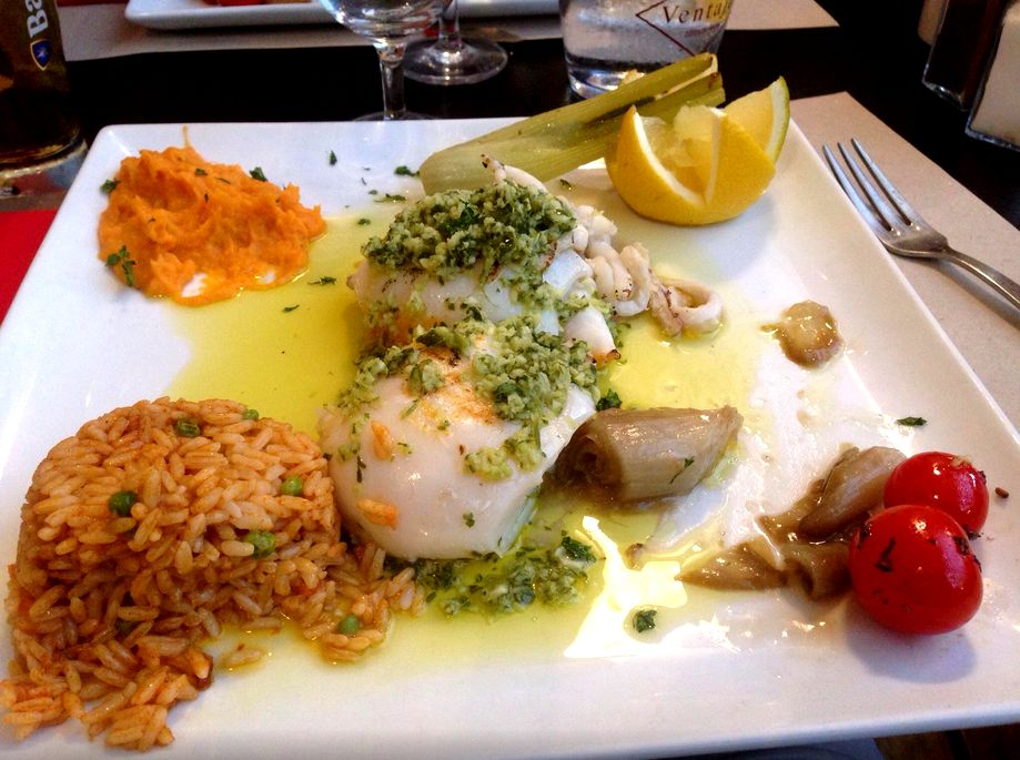 Seiche à la plancha persillade served with thaï rice with seasonable vegetables or fries.